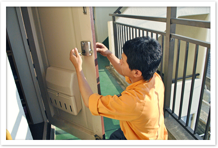 玄関ドアの鍵交換作業