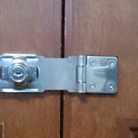事務所の倉庫扉に鍵の取り付け|朝霞市西弁財