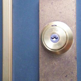 鍵をなくした玄関ドア