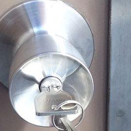 新しい鍵に取り替えた裏口の扉