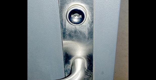 カギが詰まった玄関ドア