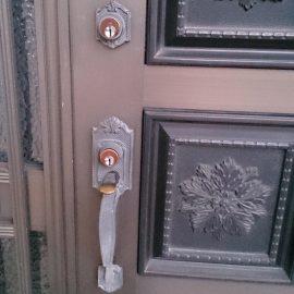 鍵を取り替える前の玄関扉
