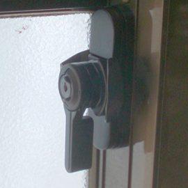 持ち手が破損した窓の鍵を交換|川崎市高津区向ケ丘