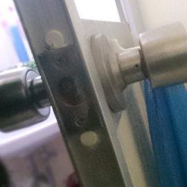 壊れたドアノブが付いた浴室ドア