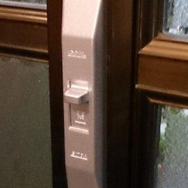 防犯のため玄関の引き違い戸の鍵交換|横須賀市久里浜