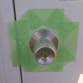 鍵がなく開かないドアノブ