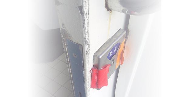 壊れたトイレの鍵を交換