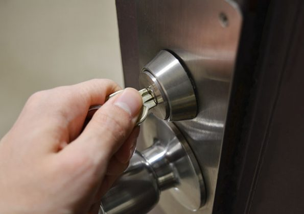 家の中に入れない!鍵があかない原因・自分で出来る対処法を紹介