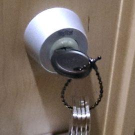 新しい鍵に取り替えた玄関ドア