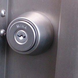 MIWAの鍵が付いた裏口