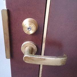 MIWAの鍵が付いた玄関ドア