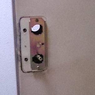 玄関ドアから鍵の取り外し