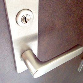 鍵交換前の玄関ドア