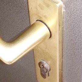 開け閉めできなくなった玄関のドア