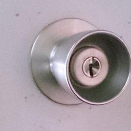 空回りする玄関の鍵