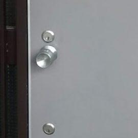 鍵を交換する前の扉