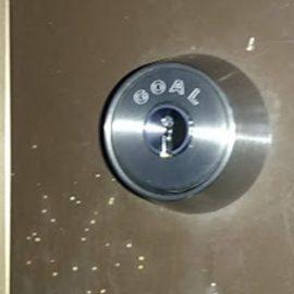 GOALの鍵が付いた玄関ドア