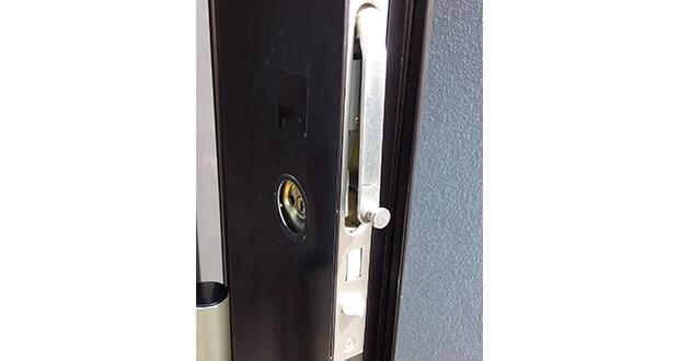 交換作業前の玄関ドア