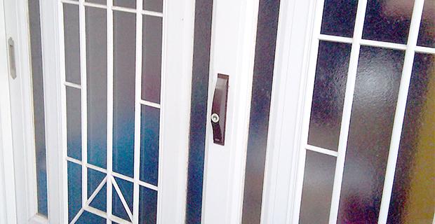 MIWAの鍵が付いた玄関の引き戸