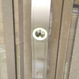 交換後の玄関引き戸の鍵
