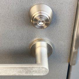 前の入居者が鍵を持っている可能性があるため交換|八王子市元本郷町