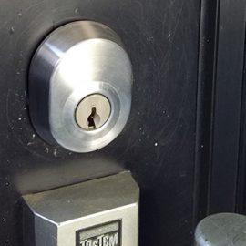 交換前の玄関の鍵