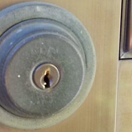 ディンプルキーに交換前の玄関ドア