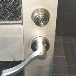 事務所の出入り口扉の鍵交換前