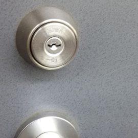 ディンプルキーに交換前の玄関扉