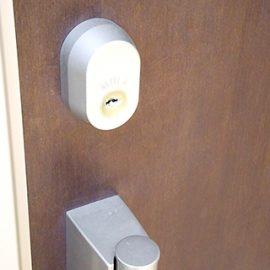 鍵交換前の玄関扉