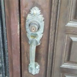 玄関の鍵が経年劣化で回りにくいため交換|高槻市安岡寺町