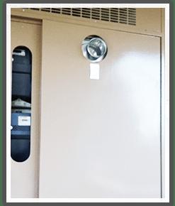 PS扉を閉めた状態で見える給湯器の排気口